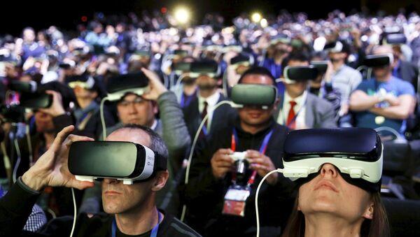 Люди в очках виртуальной реальности Samsung Gear VR на презентации нового смартфона Samsung S7 в Барселоне - Sputnik Polska