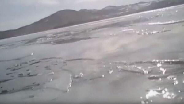Pod samochodem załamał się lód na Bajkale. Wideo z kamery samochodowej - Sputnik Polska