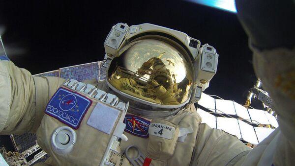 Selfie Jurija Malenczenko podczas wyjścia w otwartą przestrzeń kosmiczną - Sputnik Polska