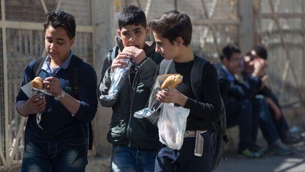 Nastolatkowie na jednej z ulic w Damaszku - Sputnik Polska