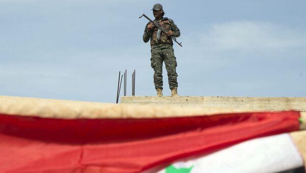 Syryjski żołnierz w pobliżu miasta Hama, Syria - Sputnik Polska