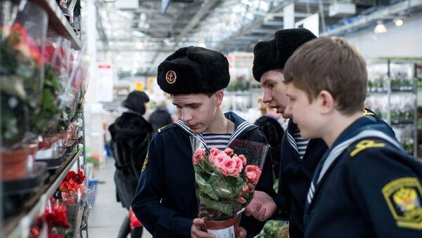 Kursanci kupują kwiaty w sklepie Ikea w Omsku - Sputnik Polska
