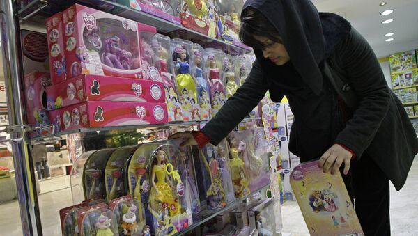 Kobieta w sklepie z zabawkami, Teheran - Sputnik Polska
