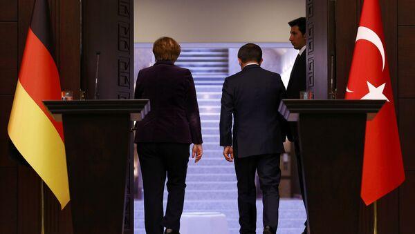 Kanclerz Niemiec Angela Merkel i premier Turcji Ahmet Davutoğlu - Sputnik Polska
