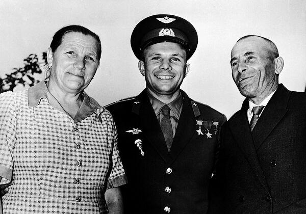 Lotnik Kosmonauta ZSRR, Bohater Związku Radzieckiego Jurij Gagarin z rodzicami - Anną Gagariną i Aleksiejem Gagarinem - Sputnik Polska