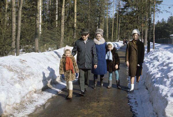 Lotnik Kosmonauta ZSRR, Bohater Związku Radzieckiego Jurij Gagarin z rodziną - żoną Walentyną i córkami Eleną i Galiną na spacerze - Sputnik Polska