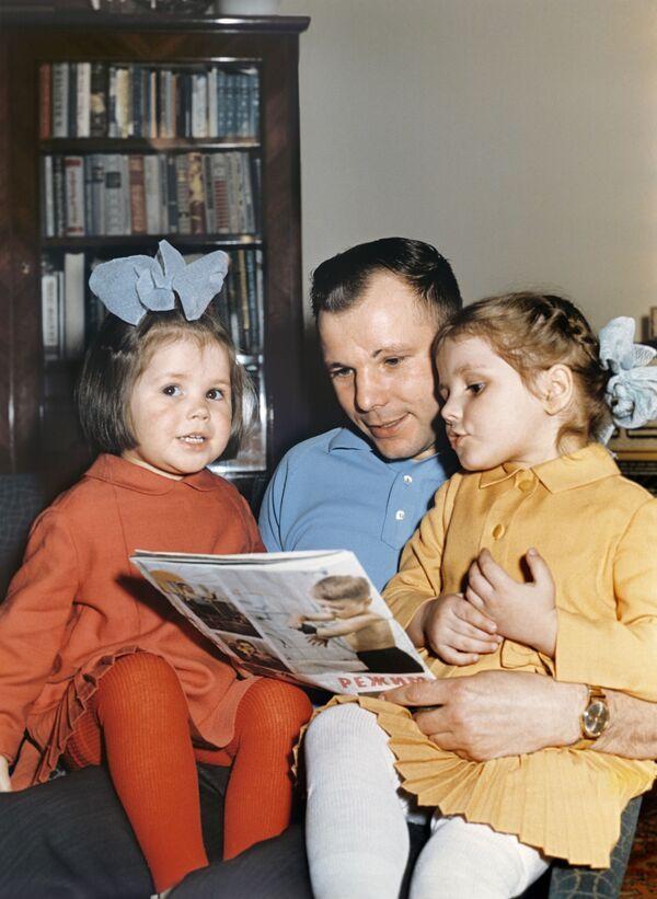 Lotnik Kosmonauta ZSRR, Bohater Związku Radzieckiego Jurij Gagarin z córkami Galą i Leną. Reprodukcja. - Sputnik Polska
