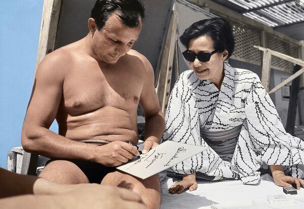 Lotnik Kosmonauta ZSRR, Bohater Związku Radzieckiego Jurij Gagarin daje autograf japońskiej aktorce i reżyserce mieszkającej w Związku Radzieckim Okadzie Yoshiko podczas wypoczynku na Krymie - Sputnik Polska
