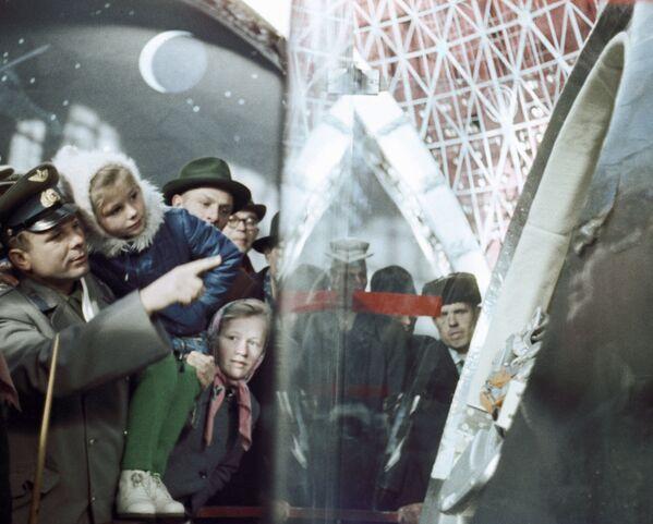 Lotnik kosmonauta Związku Radzieckiego Jurij Gagarin pokazuje córce Lenoczce statek, którym latał w kosmos - Sputnik Polska