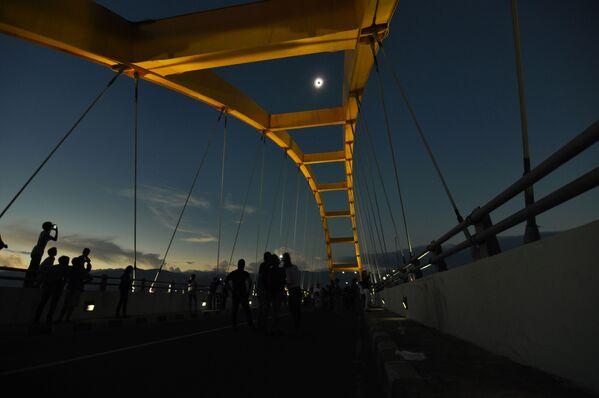 Ludzie obserwują zaćmienie słońca w Palu - Sputnik Polska