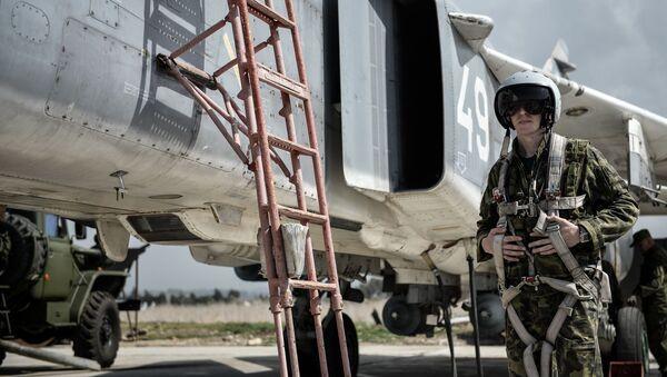 Pilot Sił Lotniczo-Kosmicznych Rosji wsiada do samolotu myśliwsko-bombowego Su-24 w bazie lotniczej Hmeimim w syryjskiej prowincji Latakia - Sputnik Polska
