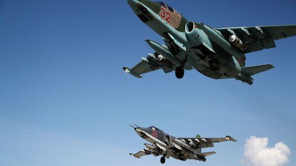 Rosyjskie samoloty szturmowe Su-25 startują z bazy lotniczej Hmeimim w Syrii - Sputnik Polska