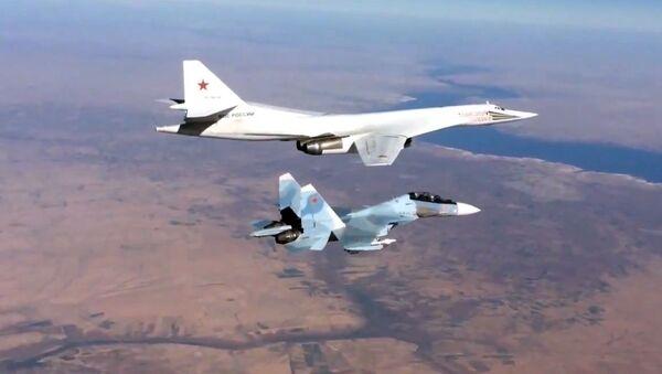 Myśliwiec Su-30SM towarzyszy turboodrzutowemu ponaddźwiękowemu bombowcowi strategicznemu Tu-160 Sił Lotniczo-Kosmicznych Rosji - Sputnik Polska