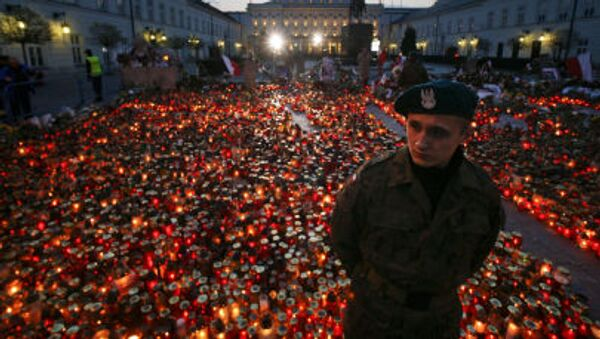 Znicze przed Pałacem Prezydenckim na znak pamięci o ofiarach katastrofy prezydenckiego samolotu Tu-154 - Sputnik Polska