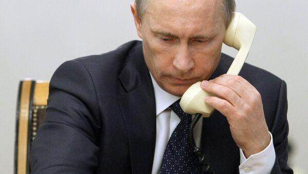 Prezydent Rosji Władimir Putin rozmawia przez telefon - Sputnik Polska