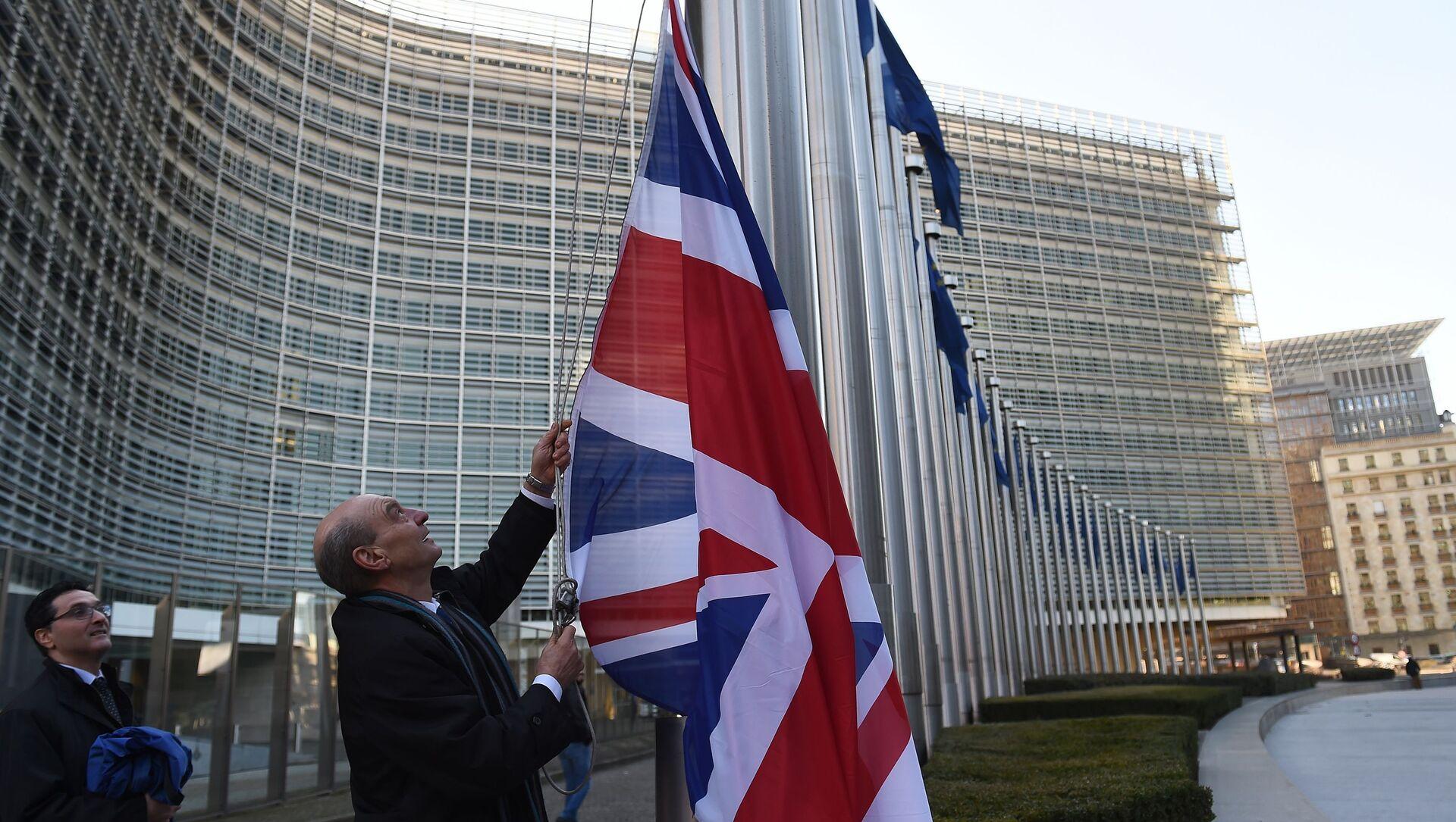 Brytyjska flaga przed budynkiem Komisji Europejskiej w Brukseli - Sputnik Polska, 1920, 19.03.2021
