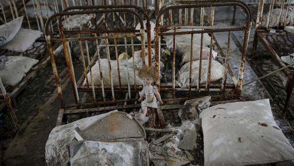 Lalka w opuszczonym przedszkolu w mieście Prypeć - Sputnik Polska