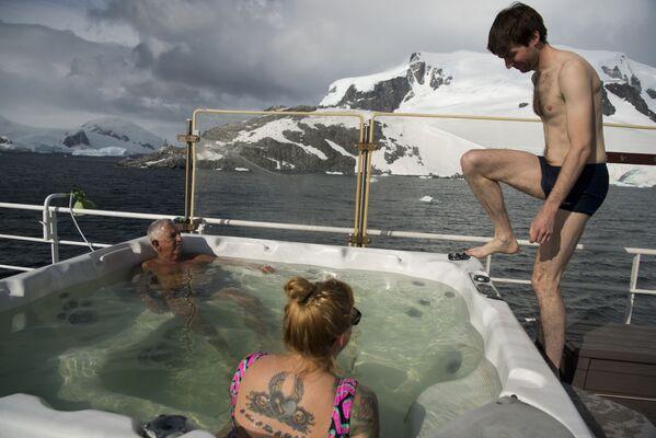 Turyści podczas kąpieli na Antarktydzie - Sputnik Polska