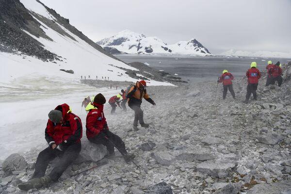 Turyści wspinają się na górę, na Antarktydzie - Sputnik Polska