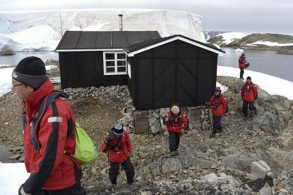 Turyści obok muzeum Wordie House na Antarktydzie - Sputnik Polska