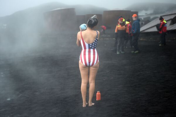 Turyści podczas kąpieli w gorących źródłach na wyspach Desepszen na Antarktydzie - Sputnik Polska