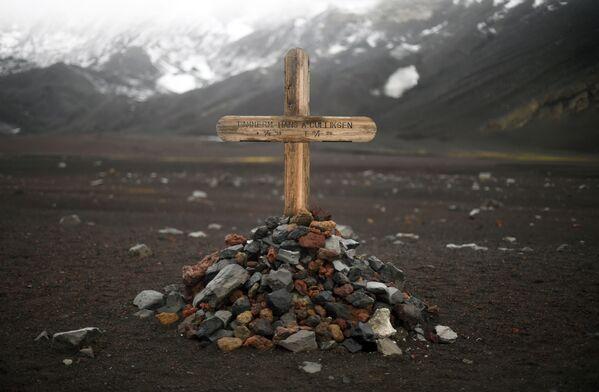 Pamiątkowy krzyż na miejscu cmentarza zniszczonego w 1969 przez wybuch wulkanu na wyspie Desepszen na Antarktydzie - Sputnik Polska