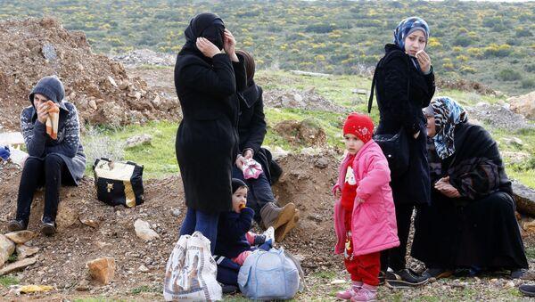 Сирийские беженцы на обочине дороги в Турции - Sputnik Polska