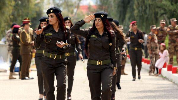 Kurdyjskie kobiety walczące w szeregach Peszmergów na wręczeniu dyplomów w irackiej akademii policyjnej - Sputnik Polska