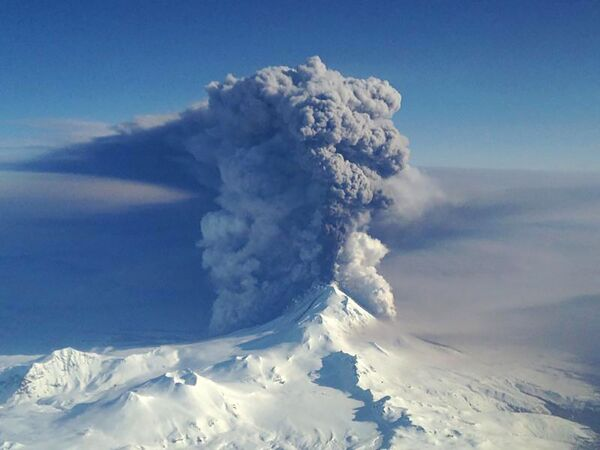 Erupcja wulkanu Pawłowa na Wyspach Aleuckich - Sputnik Polska