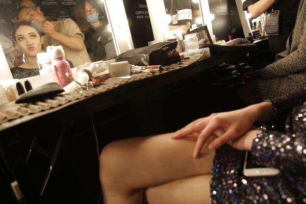 Modelka w czasie charakteryzacji na pokazie mody China Fashion Week w Pekinie - Sputnik Polska
