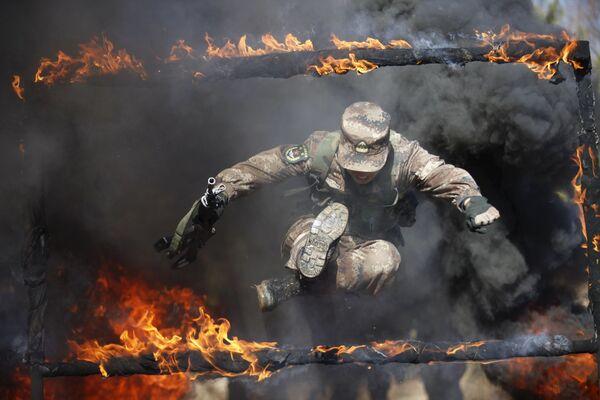 Żołnierz Chińskiej Armii Ludowo-Wyzwoleńczej w czasie ćwiczeń wojskowych w Chinach - Sputnik Polska