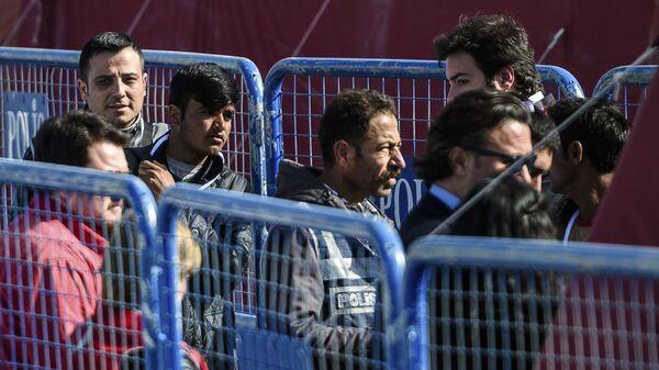 Bliskowschodni imigranci przed deportacją z Grecji do Turcji  - Sputnik Polska