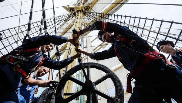 Marynarze barku Kruzenshtern w czasie wachty - Sputnik Polska