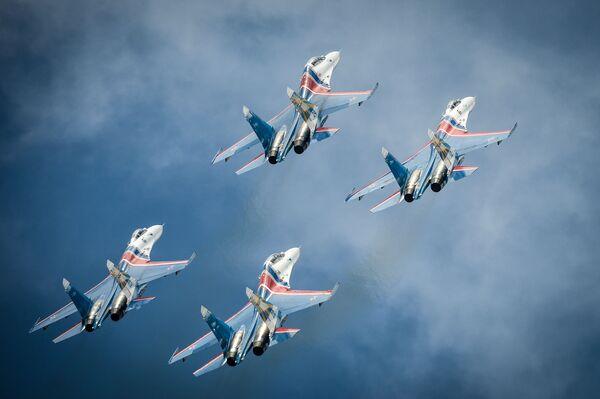 Samoloty Su-27 grupy akrobacyjnej Rosyjscy Rycerze podczas próby ceremonii otwarcia Międzynarodowych Gier Wojsckowych - 2015 w Moskwie - Sputnik Polska