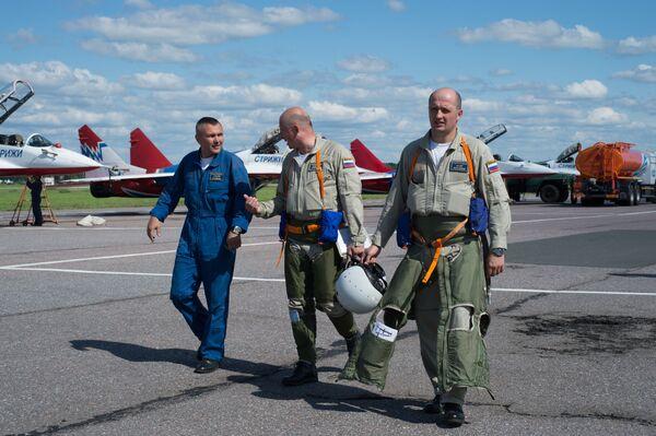 Piloci grup akrobacyjnych Jerzyki i Rosyjscy Rycerze po locie treningowym na lotnisku w miecie Puszkino - Sputnik Polska