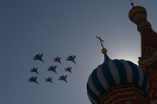 Mysliwce Su-27 grupy akrobacyjnej Rosyjscy Rycerze i MIG-29 grupy akrobacyjnej Jerzykipodczas próby generalnej defilady Zwycięstwa na placu Czerwonym - Sputnik Polska