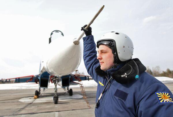 Pilot po lotach na bazie lotniczej Kubinka - Sputnik Polska