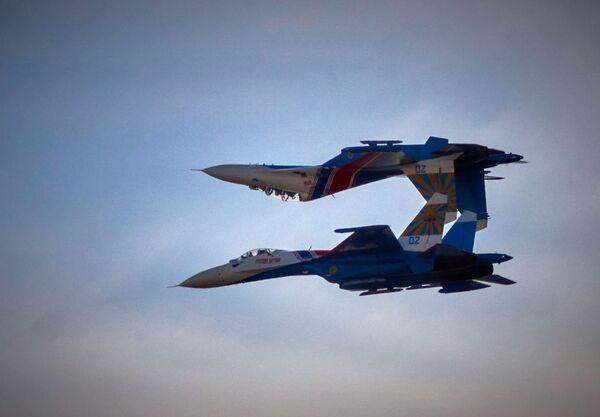 Grupa akrobacyjna Rosyjscy Rycerze na samolotach Su-27 w Petersburgu - Sputnik Polska