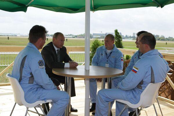 Premier Rosji Władimir Putin na spotkaniu z grupą akrobacyjną Rosyjscy Rycerze. 2009 rok. - Sputnik Polska