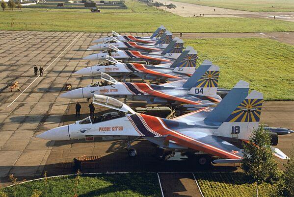 Rosyjscy Rycerze na bazie lotniczej w mieście Kubinka - Sputnik Polska