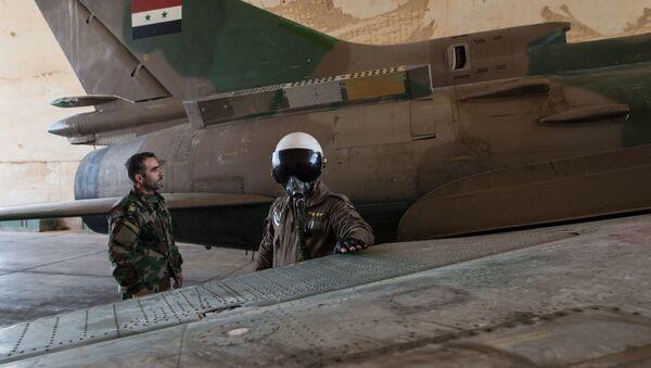 Pilot syryjskich sił powietrznych w syryjskiej bazie lotniczej w prowincji Homs - Sputnik Polska