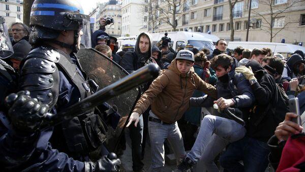Uczestnicy manifestacji przeciwko reformie prawa pracy w Paryżu - Sputnik Polska