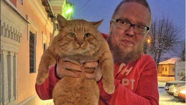 Prezenter Siergiej Stillawin z kotem Marajem przy muzeum historyczno-artystycznym w Serpuchowie - Sputnik Polska