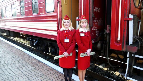 Pociąg na dworcu w mieście Jasinowataja - Sputnik Polska