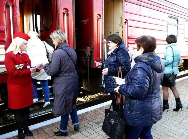 """Pasażerowie pociągu pasażerskiego na trasie """"Jasinowataja - Kwaszyno - Uspienskaja"""" - Sputnik Polska"""
