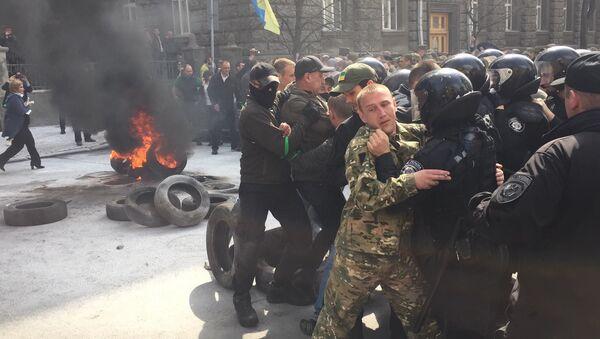Protesty przed budynkiem administracji prezydenta Ukrainy w Kijowie - Sputnik Polska