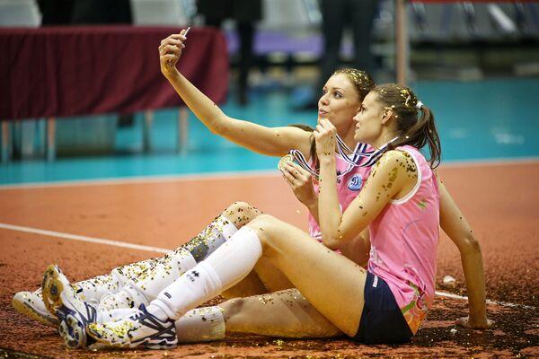 Anastasja Samojlenko i Jekateryna Jefimowa po zwycięstwie w finale zawodów w siatkówce w Turcji - Sputnik Polska