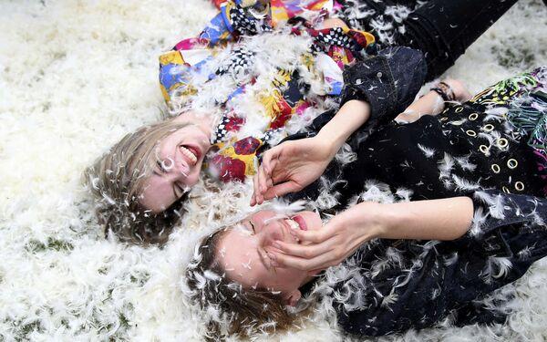 Dziewczyny uczestniczą w walce na poduszki w Londynie - Sputnik Polska
