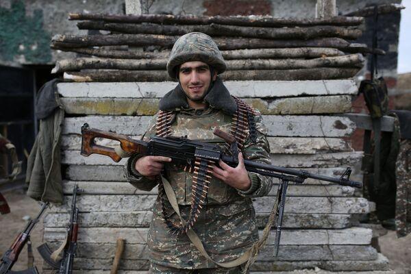 Ormiański żołnierz pozuje w strefie konfliktu wokół Górskiego Karabachu - Sputnik Polska