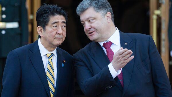Premier Japonii Shinzo Abe i prezydent Ukrainy Petro Poroszenko w Kijowie - Sputnik Polska